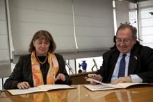 El presidente de la Cámara de Comercio de España, José Luis Bonet, y la presidenta de la Cámara de Comercio de Bogotá, Mónica de Greiff para promover el comercio entre ambos países,