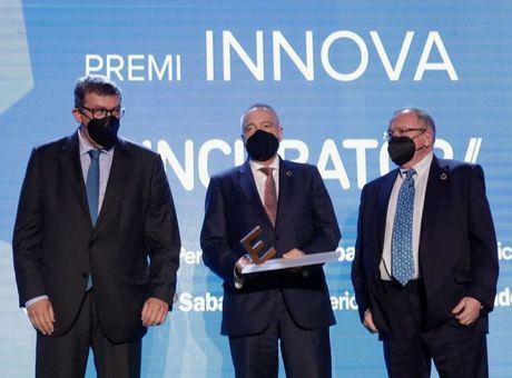 José Luis Bonet recoge el premio Innova de El Periódico a 3D Incubator del Consorci Zona Franca, Fundación Incyde y centro tecnológico Leitat