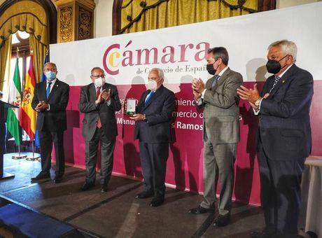 La Cámara de España impone su máxima distinción a Manuel Contreras Ramos