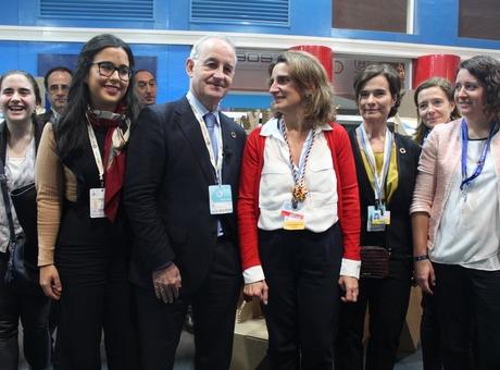 La ministra de Transición Ecológica vista el stand de Cámara de España